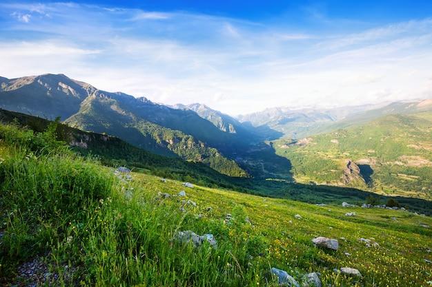 Горы пейзаж с горы проходят