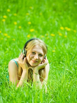 ヘッドフォンで音楽を聴く少女