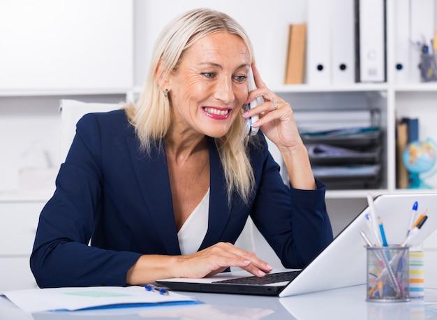 ビジネスマン、電話、会話、オフィス