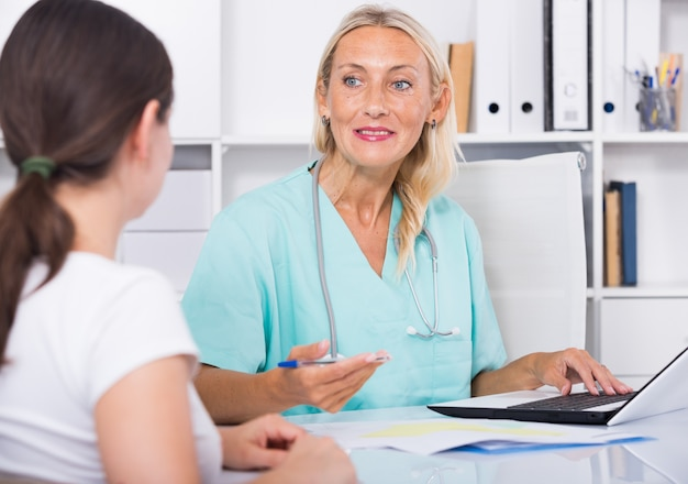 オフィスで患者と一緒に働く女性医者