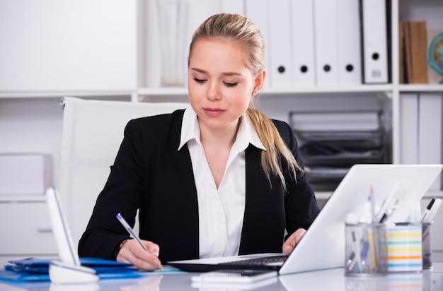 Бизнесмен, используя ноутбук
