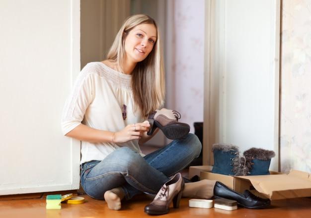 Женщина чистит обувь