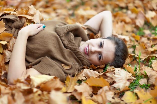 Женщина в парке сентябрь