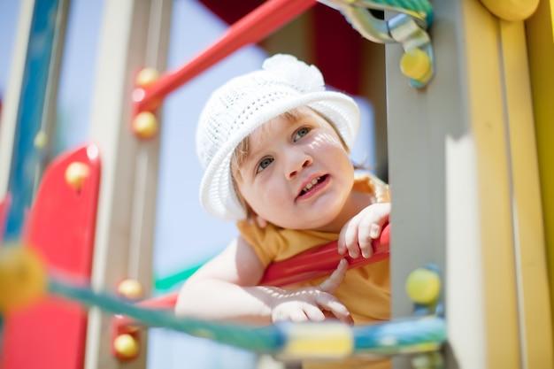 Ребенок на детской площадке летом