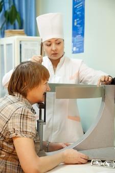 眼科医と患者