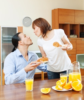 女性は彼女の最愛の人に朝食を提供する
