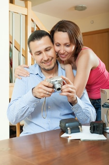 新しいコンパクトデジタルカメラを開梱するカップル