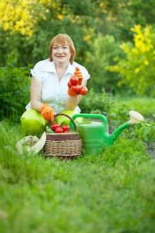 Женщина в овощном саду