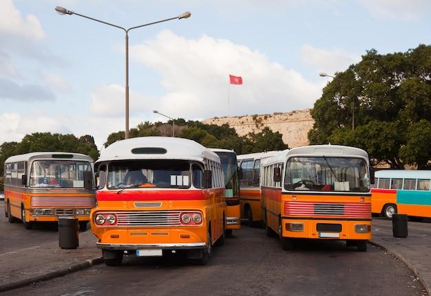 バレッタのバスターミナルでのバス