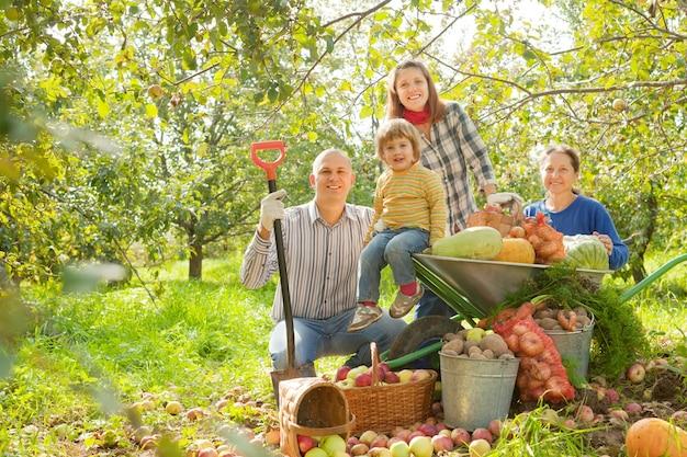 庭で収穫をしている幸せな家族