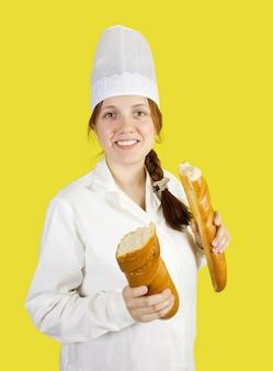 Пекарь показывает французскую длинную дубинку