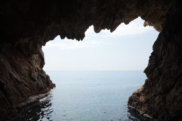 崖の洞窟の中