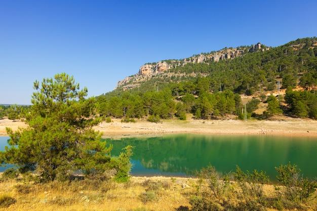 山の貯水池