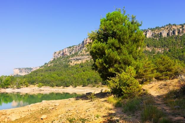 山の貯水池と岩の風景