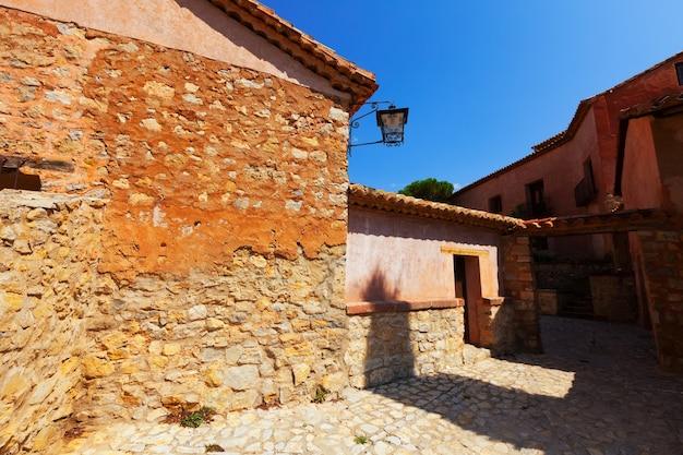 古いスペインの村の狭い通り