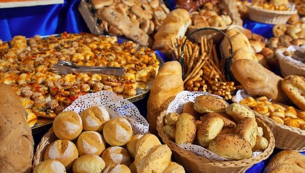 ビュッフェ式のテーブルの新鮮なペストリー