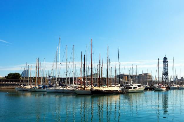ポートヴェルに横たわるヨット。バルセロナ