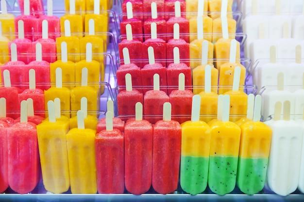 Фруктовое мороженое на прилавке