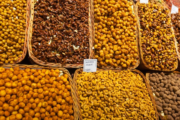 Сладкие орехи на прилавке
