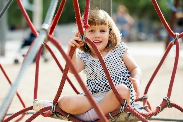 遊び場のロープで子供