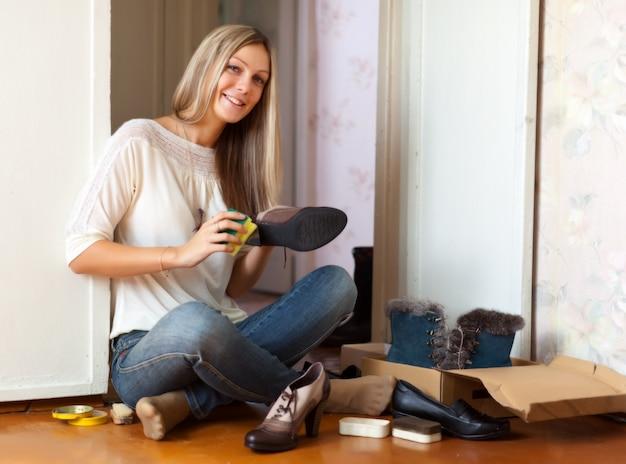 女は靴をきれいにする