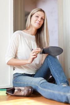 女性は靴をきれいにする