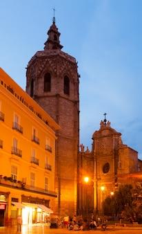 Башня микалет и собор. валенсия, испания