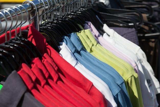 Рубашки на вешалке в магазине
