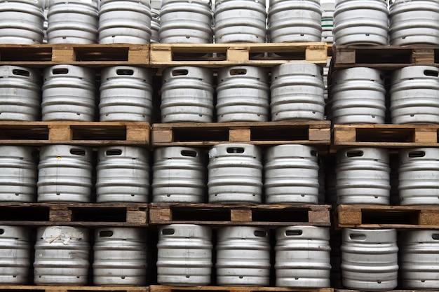 定期的な行のビールのケーグ