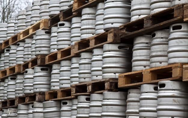 Много металлических бочонков пива