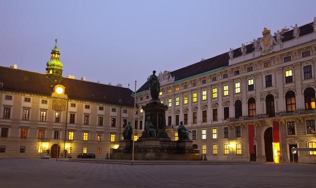 Ночной вид дворца хофбург. вена