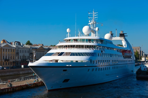 サンクトペテルブルク港のクルーズ船