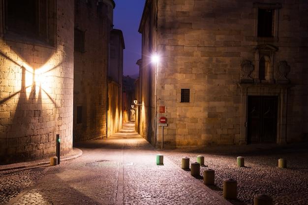 ヨーロッパの街の古い狭い通り。ジローナ