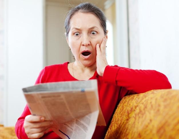 恐怖の女性と新聞
