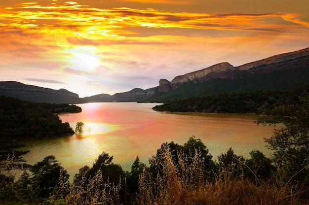 夕日の山の湖