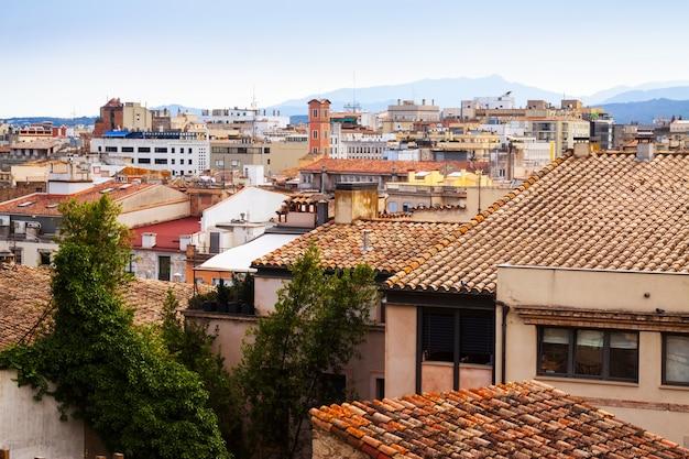 曇った日にジローナの屋根。カタロニア