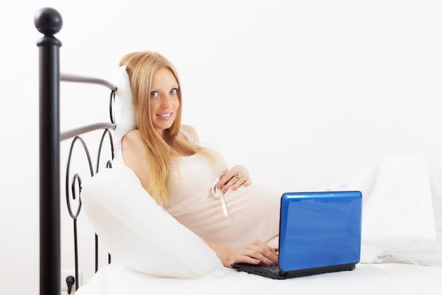 妊娠中の女性、ノートパソコン