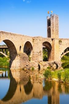 町の門のあるアンティーク中世の橋