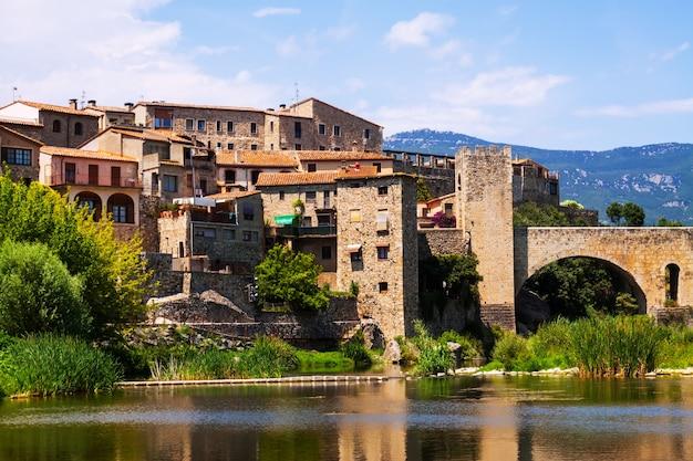 川のほとりにある中世の町