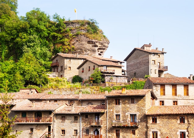 中世のカタロニア村の古い絵のような家