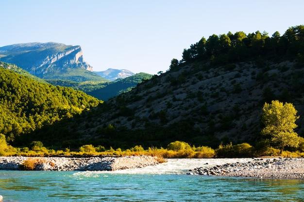Горы пейзаж с рекой