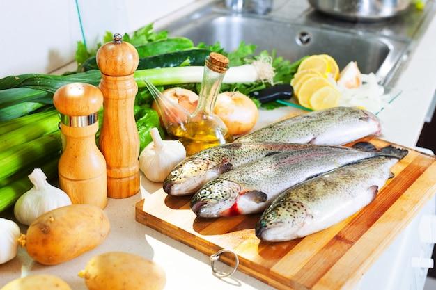 家庭のキッチンのマス魚