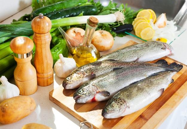 キッチンのマス魚