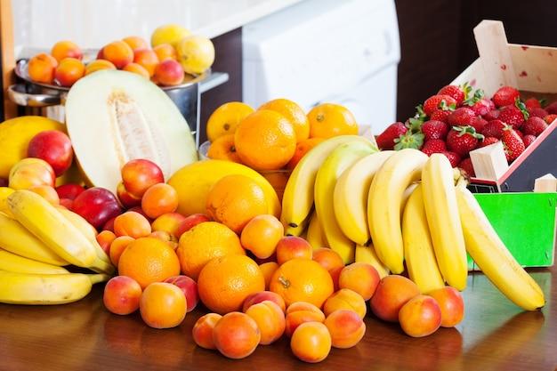 キッチンテーブル上の果物