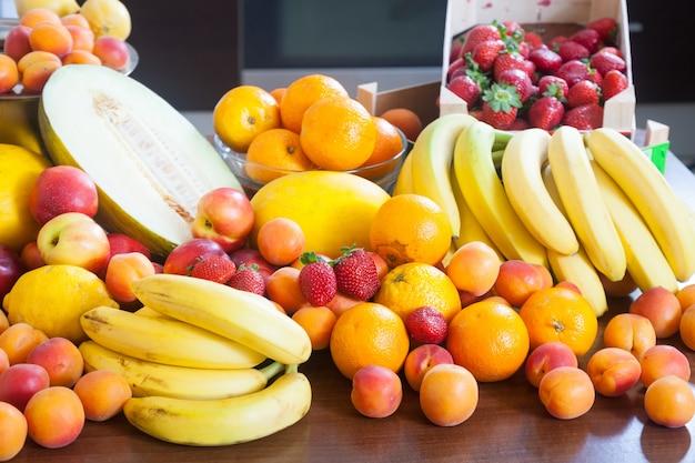 Свежие фрукты на домашней кухне