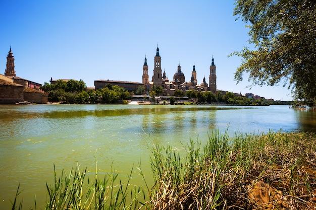 サラゴサの大聖堂と川の夏の眺め