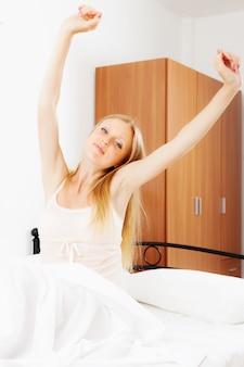 Длинноволосая женщина, проснувшись на белом листе