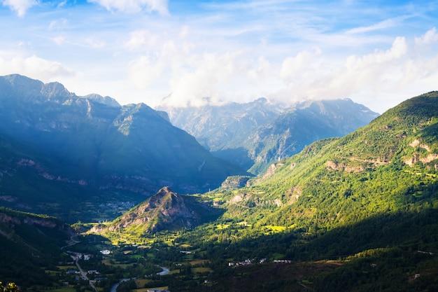 Летний вид долины в пиренеях. уэска