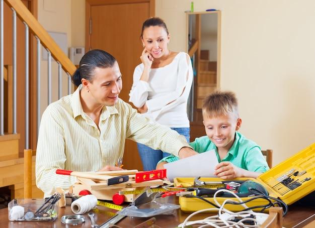 Семья делает что-то с инструментами