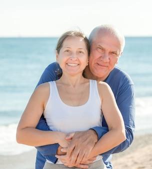 Зрелая пара на морском отдыхе